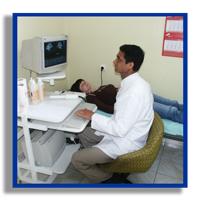 dr Aziz Joya wykonuje badanie USG